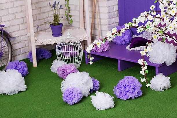 spring time cute and bright decor - lila, grün, schlafzimmer stock-fotos und bilder