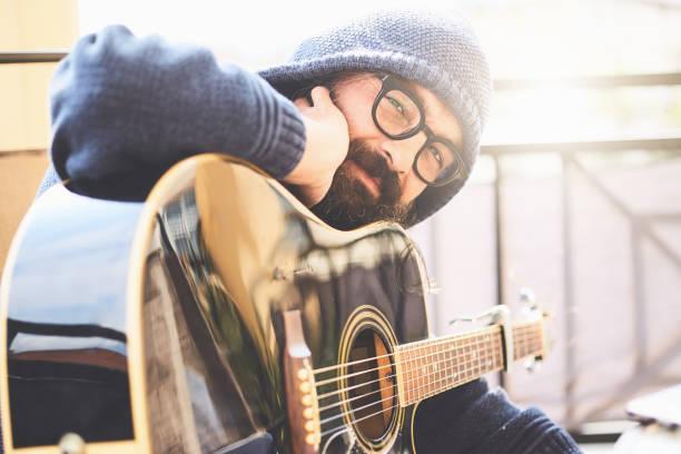 Frühlingsübung auf Balkon mit Gitarre – Foto