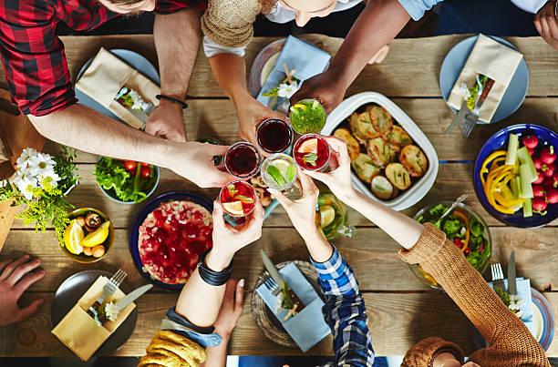 pain grillé de printemps - diner entre amis photos et images de collection