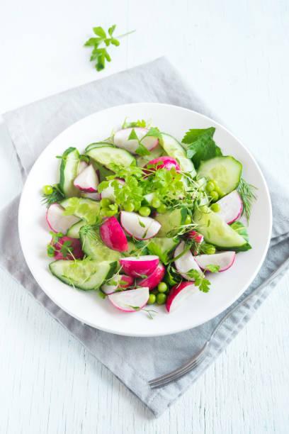 spring gemüse-salat - radieschen salat stock-fotos und bilder