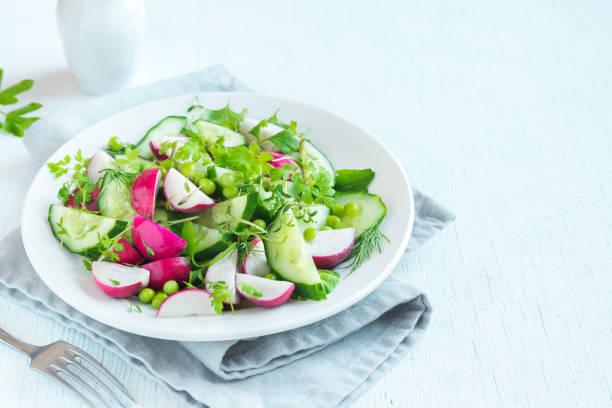 våren grönsaker sallad - pea sprouts bildbanksfoton och bilder