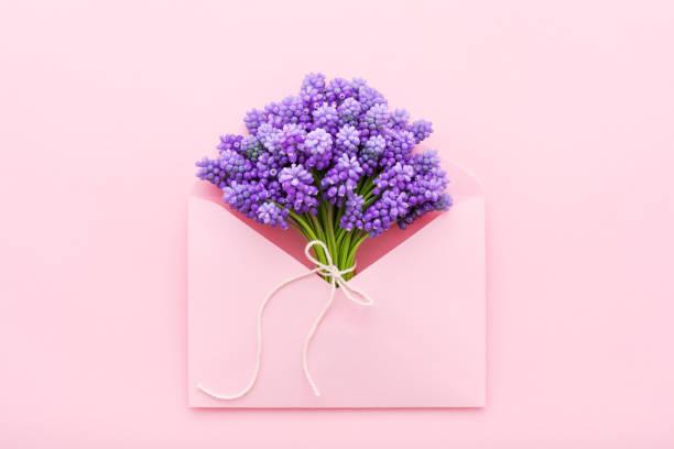 Frühlingshale Blüten in einem rosa Umschlag für Muttertag-Wohnung – Foto