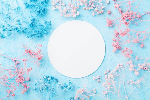 våren kvinna dag-kort. bröllop mockup med vitboken lista och blommor på blå punchy pastell topp tabellvy. vackert blommönster. - flower bouquet blue and white bildbanksfoton och bilder