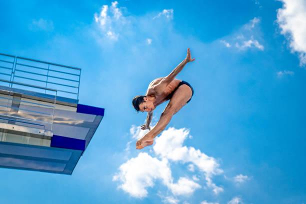Sprungbrett-Taucher in der Luft – Foto