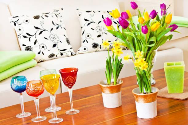 Frühling-Dekoration mit Blumen und Gläsern – Foto