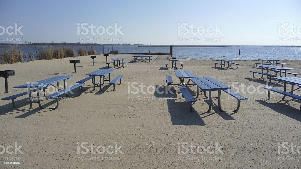 Primavera sulla spiaggia vuota con tavoli foto stock royalty-free