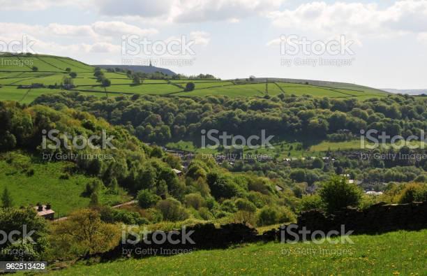 Foto de Zona Rural De Pennine Primavera Em Calderdale West Yorkshire Com Campos Típico Montanhês e mais fotos de stock de Agricultura