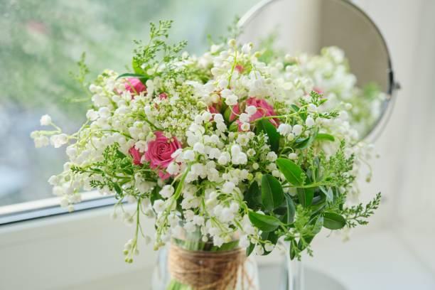 İlkbahar, vadinin zambaklarının bahar taze buketi, pembe güller, çiçek açan viburnum stok fotoğrafı