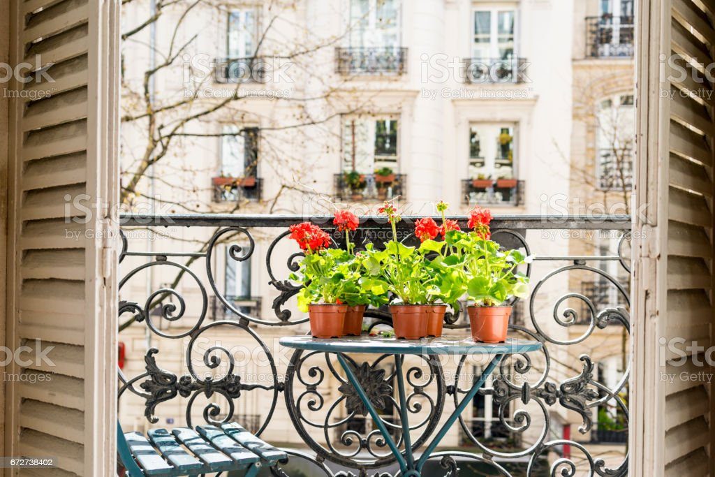 Printemps avec les géraniums rouges sur un balcon de Paris - Photo