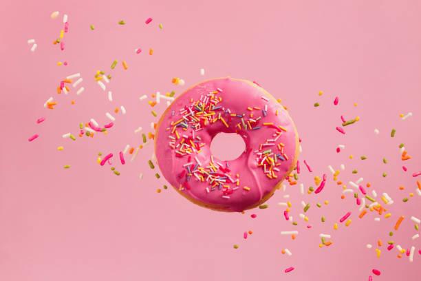 sprinkled pink donut - posypka zdjęcia i obrazy z banku zdjęć