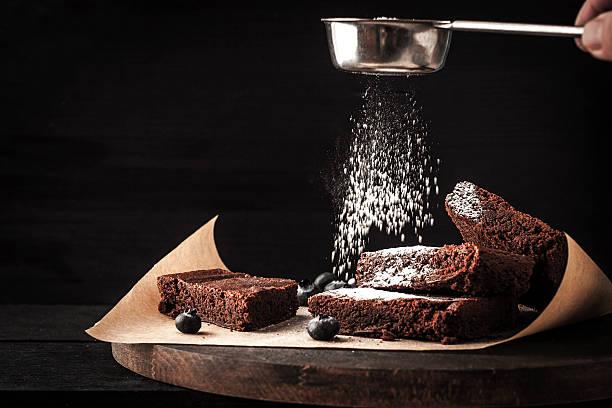 Streuen Schokoladen-brownie mit Puderzucker – Foto