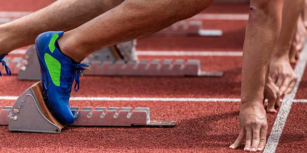 sprint commencent athlétisme - starting block photos et images de collection