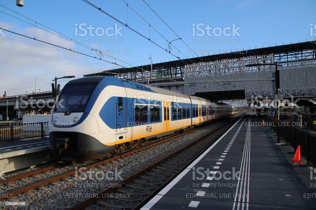 Een SLT sprinter Forenzen treinen die sinds de opening van het station op deze nieuwe station stopt foto