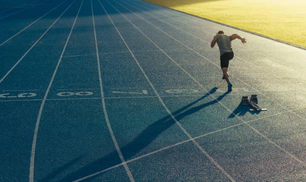 sprinter läuft auf strecke - anfang stock-fotos und bilder