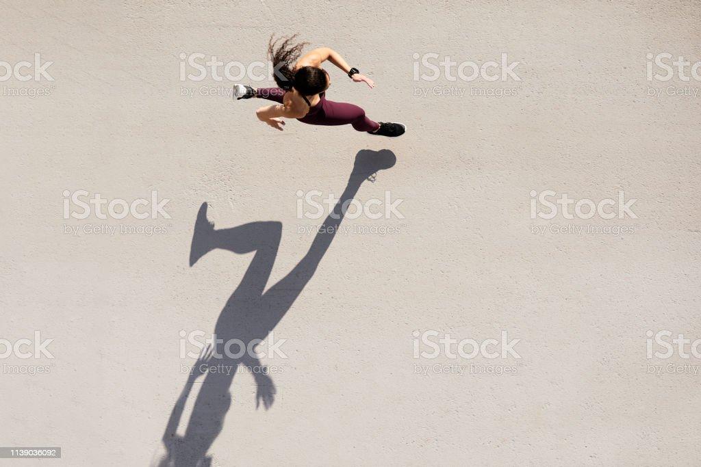 Velocista visto de acima com espaço da sombra e da cópia. - Foto de stock de 30-34 Anos royalty-free