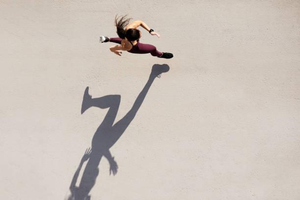sprinter von oben gesehen mit schatten und kopierraum. - joggerin stock-fotos und bilder