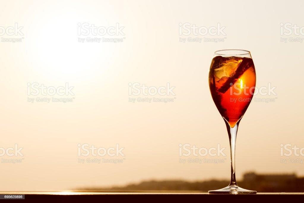 Aperol spritz em um cais de madeira ao pôr do sol. Conceito de férias de resort de luxo. Festivo relaxar plano de fuga. - foto de acervo