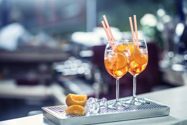 Aperol Spritz Getränk am Tresen im Pub oder Restaurant. – Foto