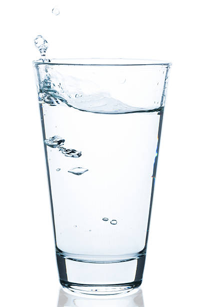 sprudelndes wasser mit tropfen in wasserglas - wasser stock pictures, royalty-free photos & images
