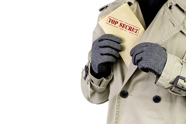 Spy con papeles estrictamente secretos. - foto de stock