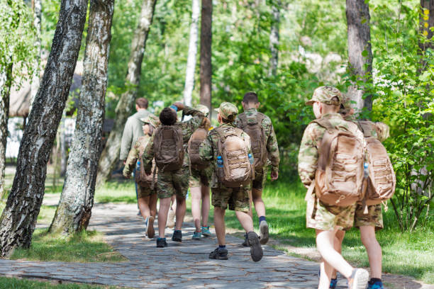 brigada de adolescentes, los miembros de la organización scout nacional de la juventud de plast. - boy scout fotografías e imágenes de stock