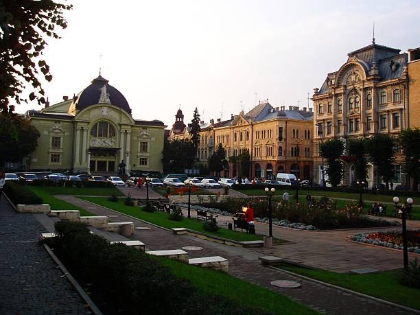 square von chernivtsi academy theater-gebäude - schmidt theater stock-fotos und bilder