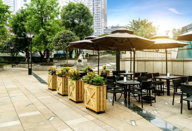 quadratische café in chongqing, china - sonnenschirm terrasse stock-fotos und bilder