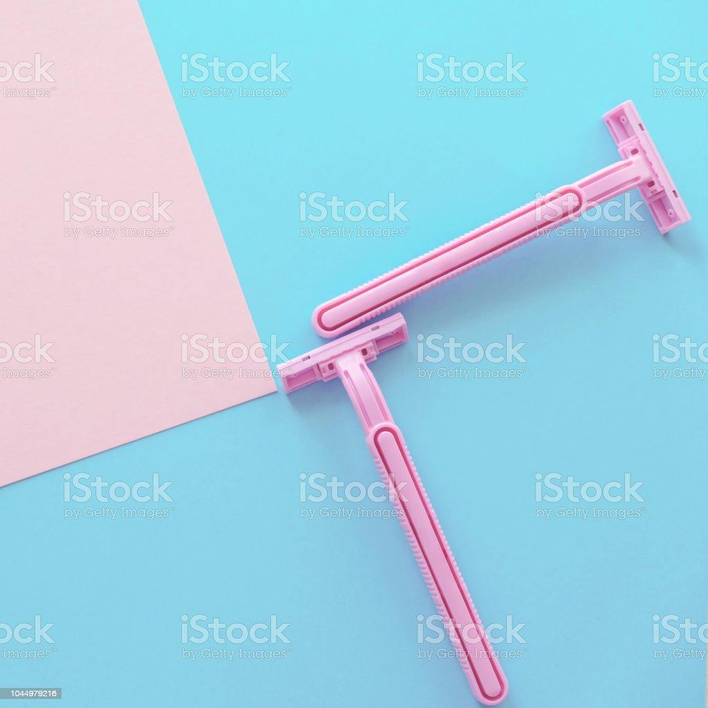 Quadratische Komposition mit zwei weiblichen Rasierer auf die pastellfarbenen Hintergrund hell rosa und blauen Farben Mimimal Stil Top View flach legen – Foto