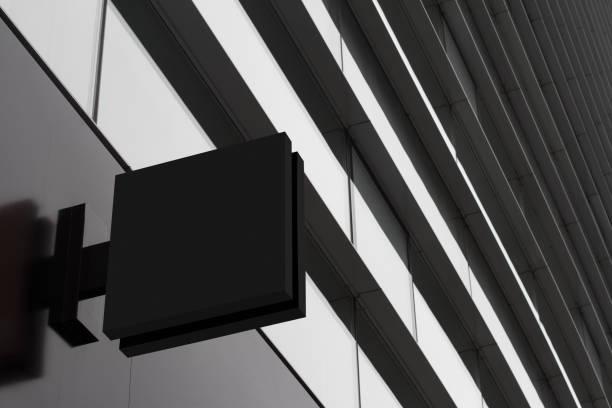 letrero cuadrado vacío en un edificio con arquitectura moderna - señalización vial fotografías e imágenes de stock