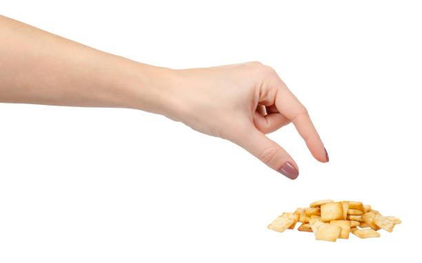 Vierkante mini gezouten crackers, snack food. Geïsoleerd op wit. foto