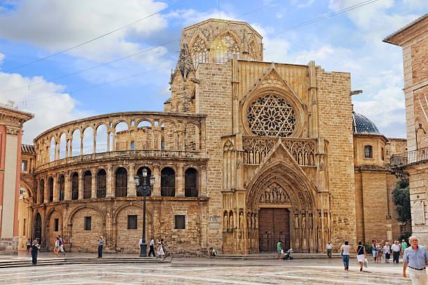 quadrato di saint mary's e cattedrale di valencia asta. - ferragosto foto e immagini stock