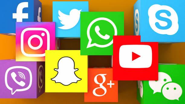 橙色桌子上的社交媒體服務圖示的方形形狀 - twitter 個照片及圖片檔