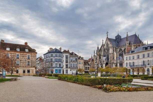 Platz mit Basilika Saint Urban, Troyes, Frankreich – Foto