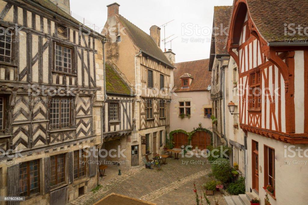 Carré avec des maisons à colombages, dans le village médiéval de Noyers-sur-Serein - Photo