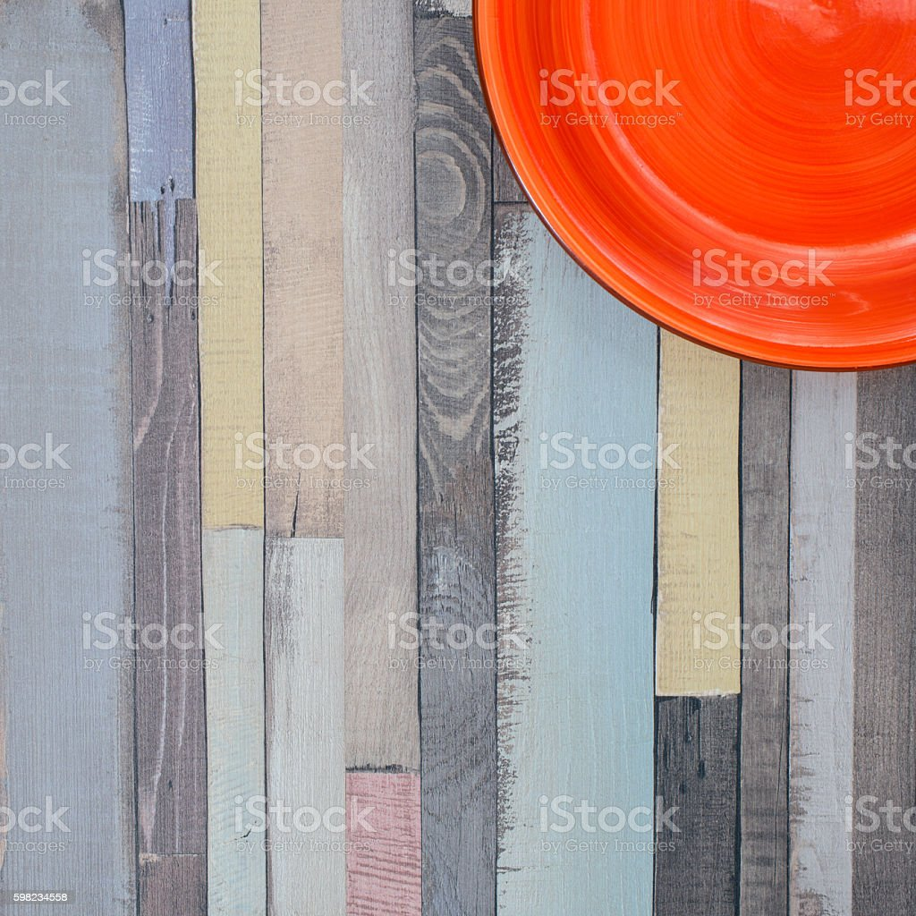 Square wooden background with a bright red plate foto royalty-free