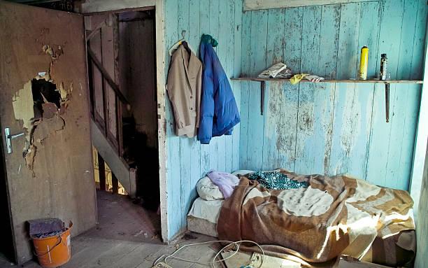 squat in abandonned house - bauernhaus bett stock-fotos und bilder