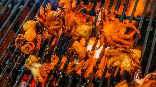 squid octopus barbecue fire grill - peixe na grelha imagens e fotografias de stock
