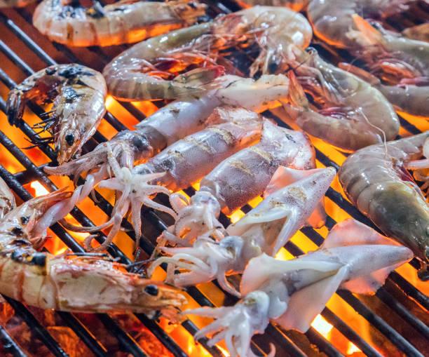 tintenfisch braten in suppen grill - krustentiere stock-fotos und bilder