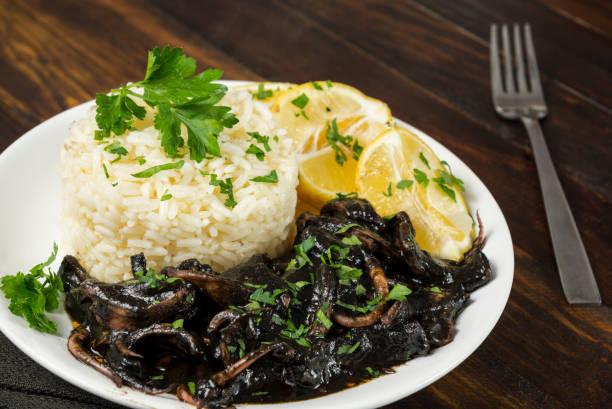 calamares en tinta con arroz - studioimagen73 fotografías e imágenes de stock