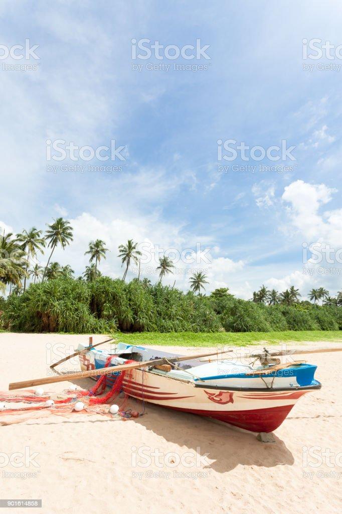 Sri Lanka - Ahungalla - A Fishing Boat vor Palmen – Foto