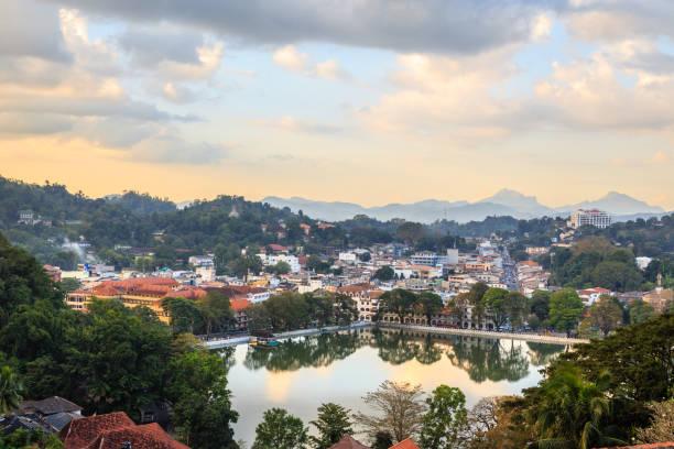 Srilankan Kandy Stadtpanorama mit See im Vordergrund, Zentralprovinz, Sri Lanka – Foto