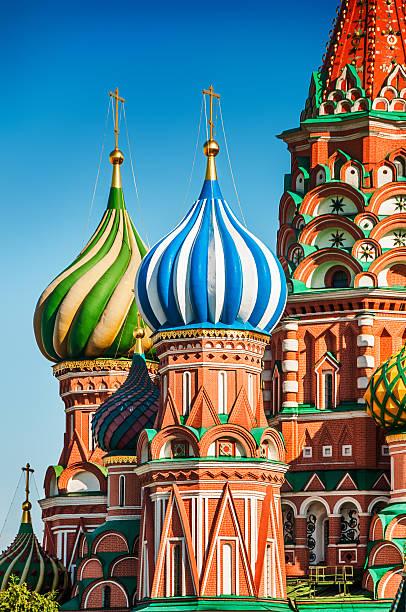 st. basil's cathedral auf dem roten platz in moskau - russisch orthodoxe kirche stock-fotos und bilder