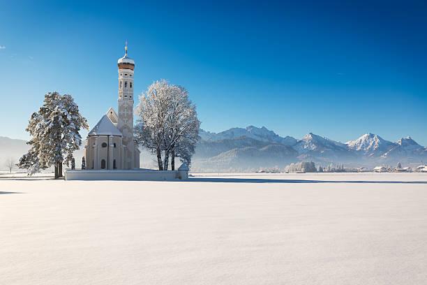 st. coloman an einem sonnigen wintertag, allgäu, deutschland - allgäu stock-fotos und bilder