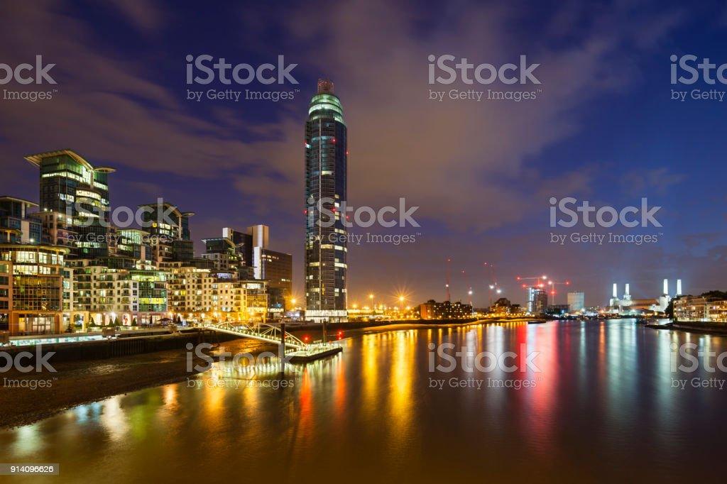 St George Wharf In London bei Nacht – Foto
