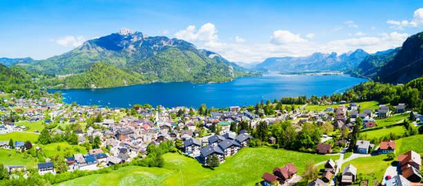 luftaufnahme von st. gilgen - hotel alpenblick stock-fotos und bilder