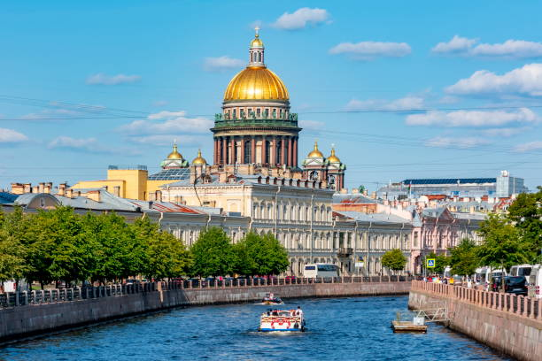 st. isaac's cathedral dome and moyka river, saint petersburg, russia - kiss стоковые фото и изображения