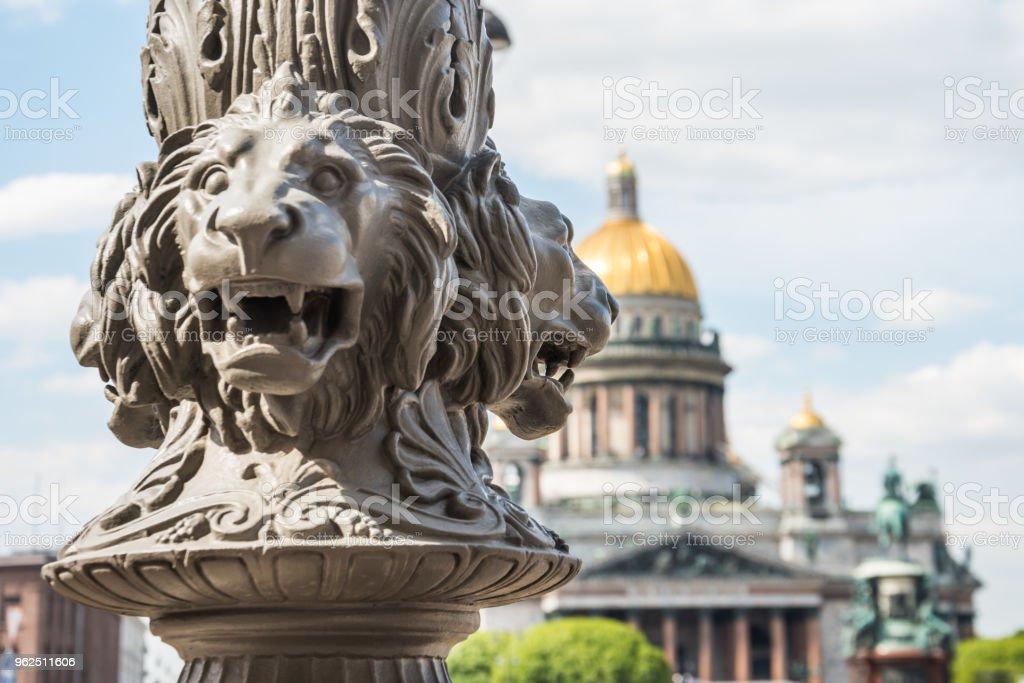Catedral de Santo Isaac fora de foco, em primeiro plano a escultura de leões em um polo, São Petersburgo, Rússia. - Foto de stock de Antigo royalty-free