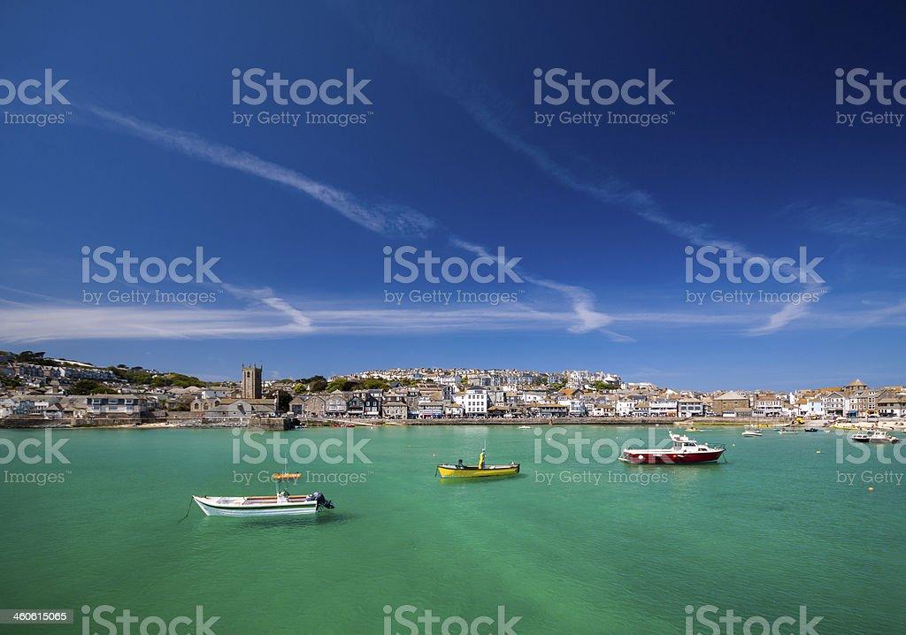 St Ives e barcos no oceano - foto de acervo