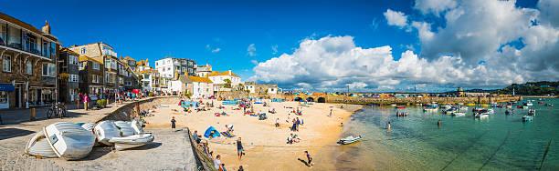 st ives cornwall crowds of tourists enjoying summer holiday beach - com os pés na água - fotografias e filmes do acervo