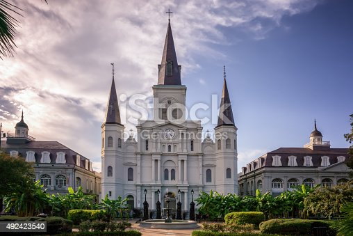 St. Louis cathedral in Jackson Park, New Orleans, LA。 Jackson Square, is known as Place d'Armes, a park in the French Quarter of New Orleans, Louisiana just across the street from the french market